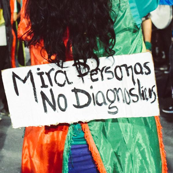 """Foto de cartel que se lee: """"Mira personas, no diagnósticos"""""""