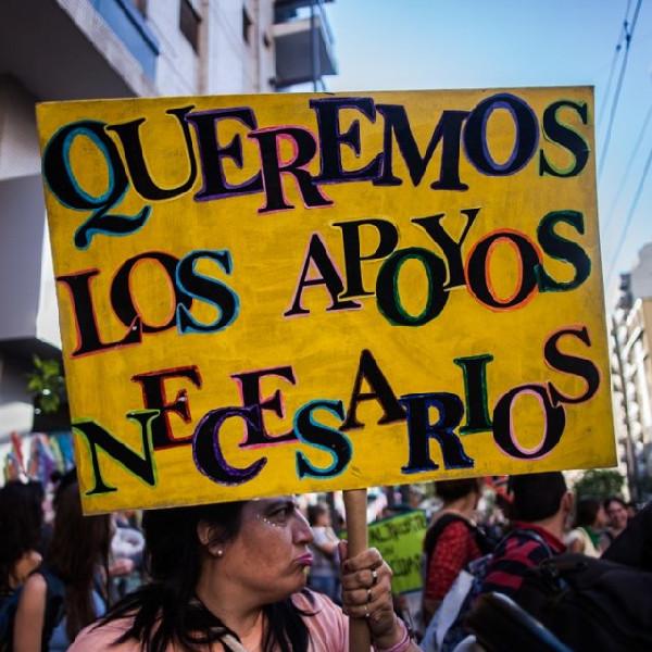 """Foto de cartel llevado por una persona, se lee: """"queremos los apoyos necesarios"""""""